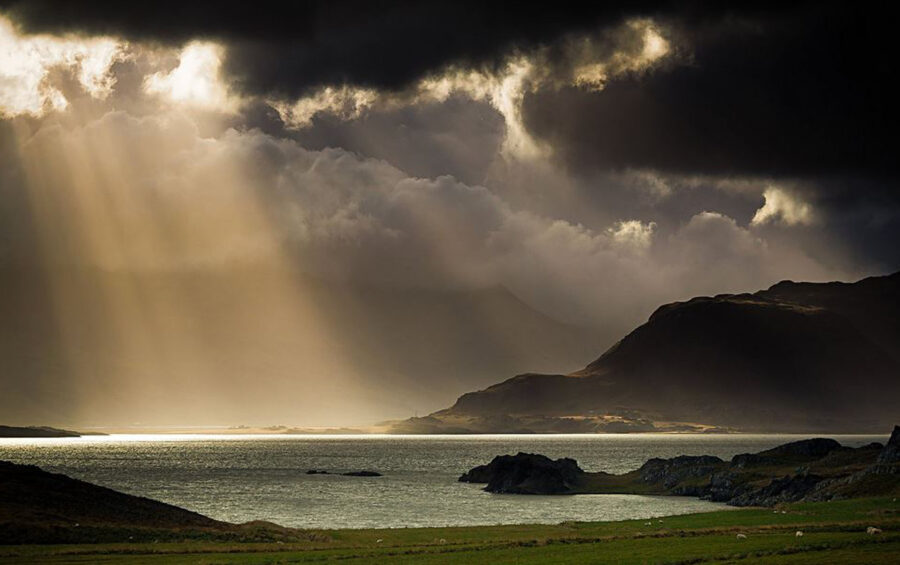 Tempo. Luce tra le nuvole. Raggi. Controluce. Mare. Cielo. Natura. Dio. Acqua.