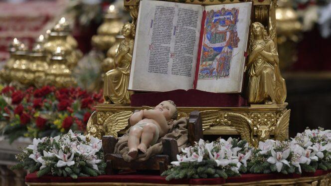 Vaticano, 24 dicembre 2017. Papa Francesco presiede la Messa della Notte di Natale.