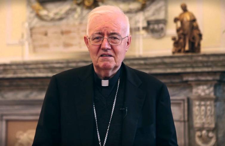 Mons. Nosiglia consegna pacchi dono a persone in difficoltà