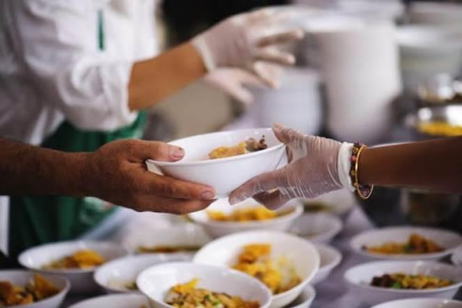 Pranzo della Solidarietà: pasti caldi per 100 senzatetto della città di Bari