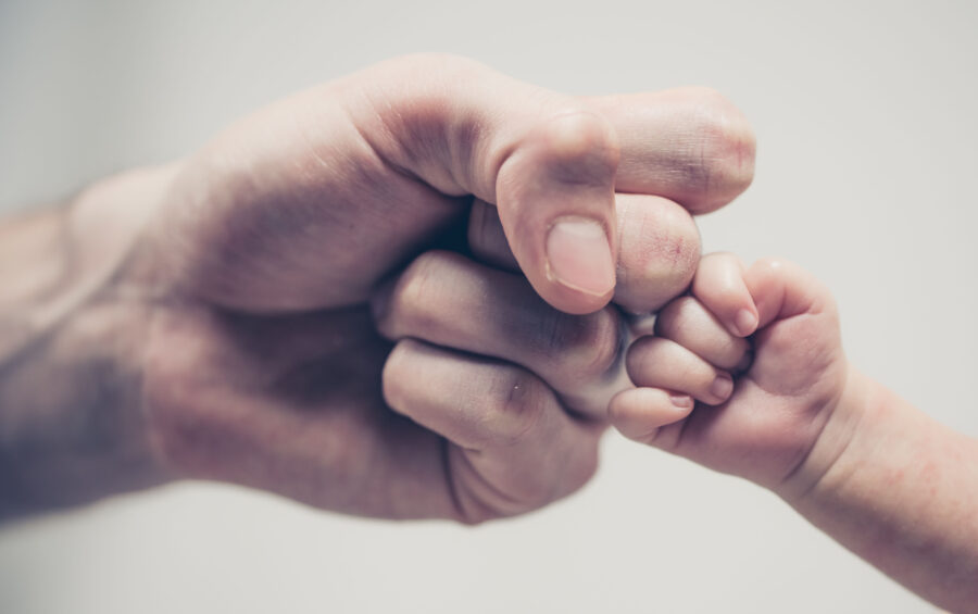 Padre e figlio neonato affrontano la vita