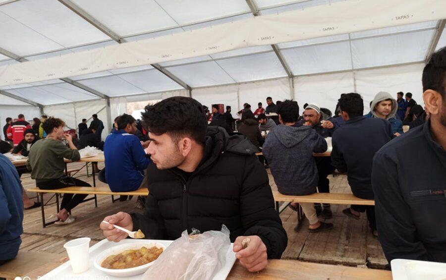 A Lipa i primi pasti al refettorio da campo
