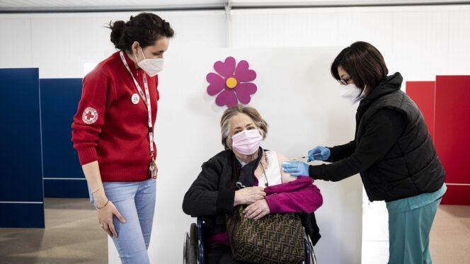 Roma, 15 marzo 2021. Programma di Vaccinazione per la pandemia Covid-19/Coronavirus con il vaccino Astrazeneca presso il centro della Stazione Termini. Una anziana disabile.