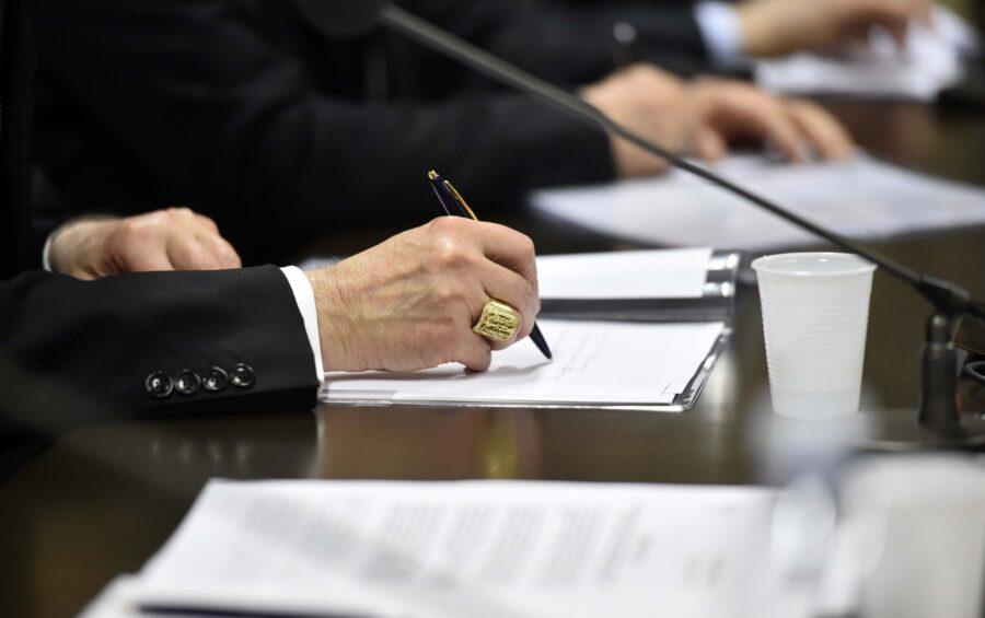 Roma 26 Febbraio 2015  Conferenza stampa di presentazione della nuova fase (2015/2016) del Prestito della Speranza della Conferenza Episcopale Italiana.  La firma del'accordo CEI /BANCHE  Mano, Anello Vescovile.