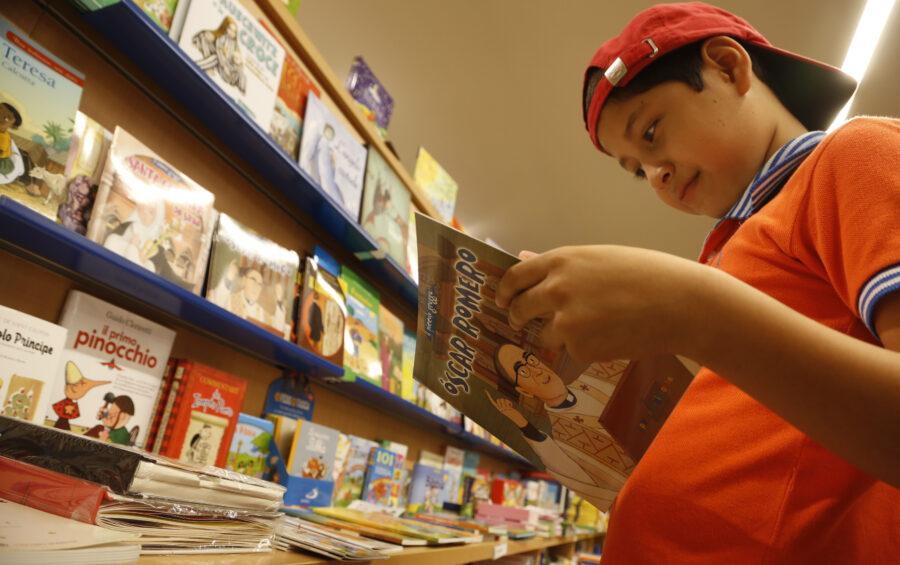 Roma, 4 Agosto 2015  Le librerie di Via della Conciliazione con una grande offeta di libri religiosi e di teologia in tutte le lingue.  La libreria L'Ancora. Un ragazzo legge la vita di Oscar Romero.