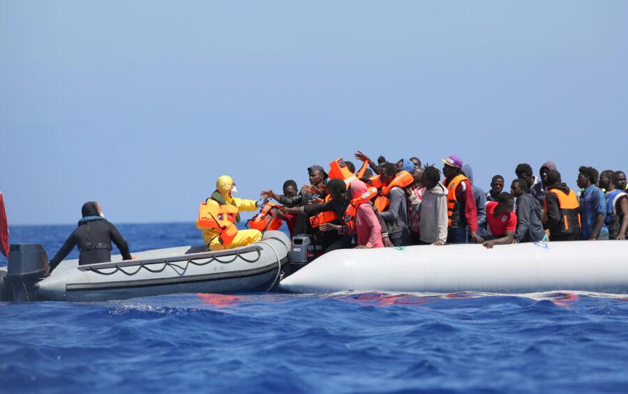 Mediterraneo, 23 giugno 2015. Operazione Triton - la nave belga Godetia effettua un salvataggio  ( SAR ) di un barcone di migranti.